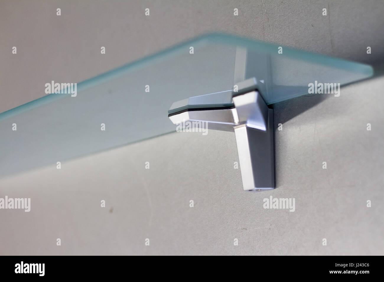 Halterung Fur Einlegeboden Aus Glas Oder Holz Verbindungselemente Fur Mobel Regale Verschiedene Materialien Verschiedene Farben Und Formen Stockfotografie Alamy