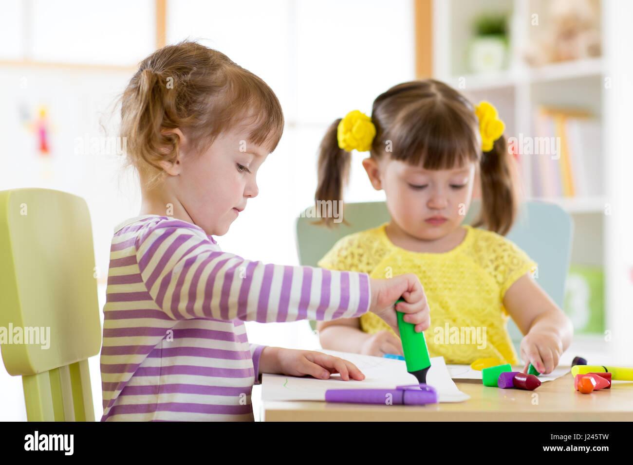 zwei sch ne kinder m dchen zeichnen sich im kindergarten
