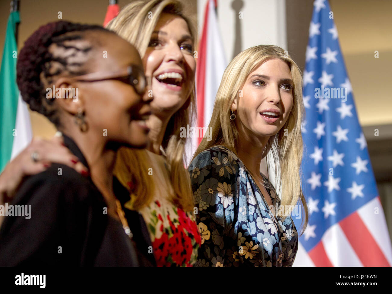 Dpatop - Ivanka Trump, Tochter und Berater von US-Präsident (R-l ...