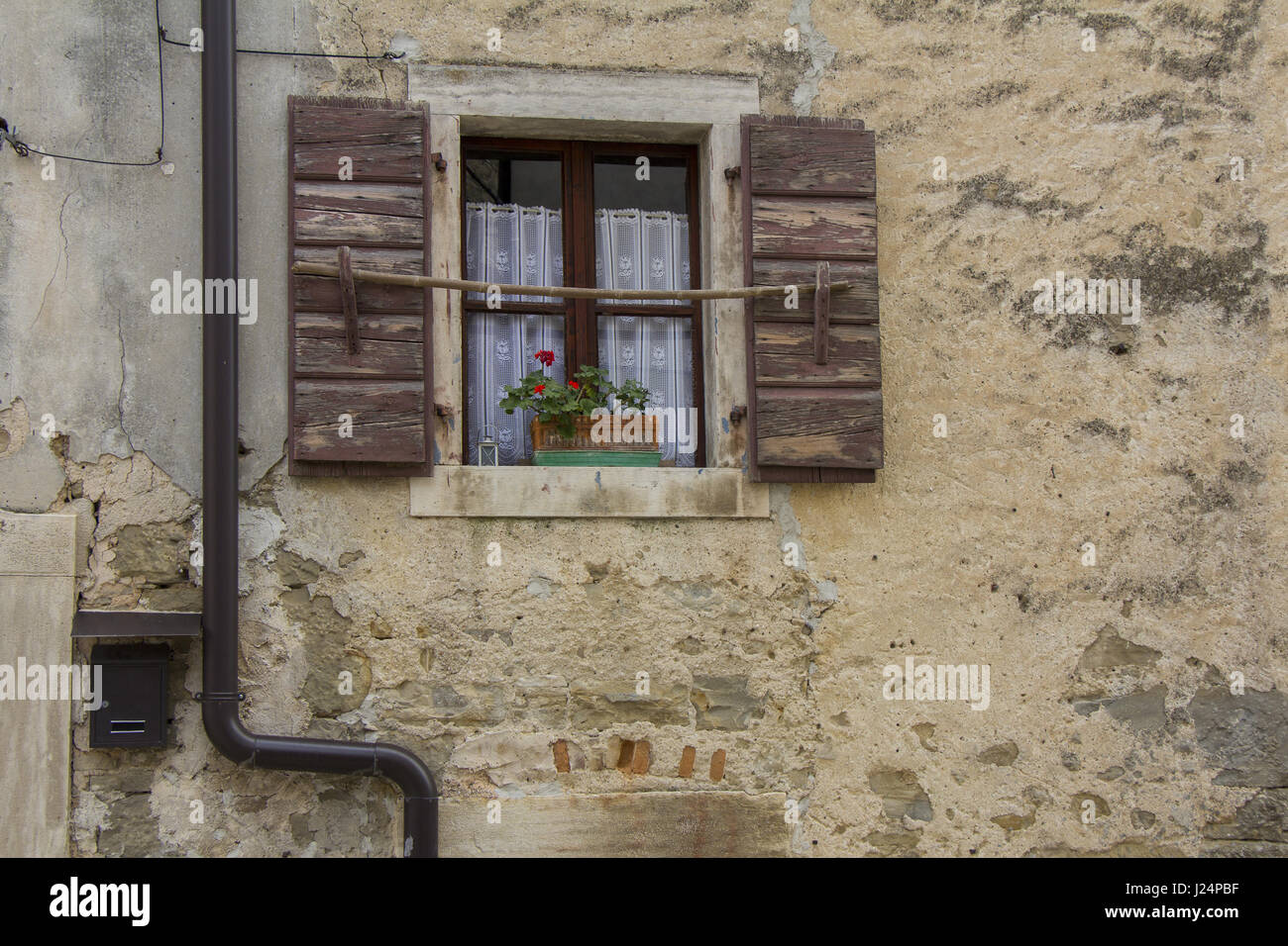 rustic old wooden shutters stockfotos rustic old wooden shutters bilder alamy. Black Bedroom Furniture Sets. Home Design Ideas