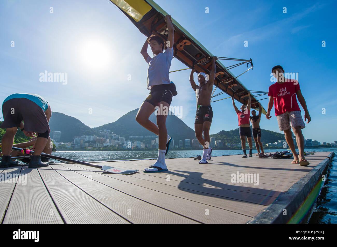 RIO DE JANEIRO - 30. Januar 2016: Gruppe von brasilianischen Ruderer tragen ihr Boot von der Anlegestelle nach einem Stockbild