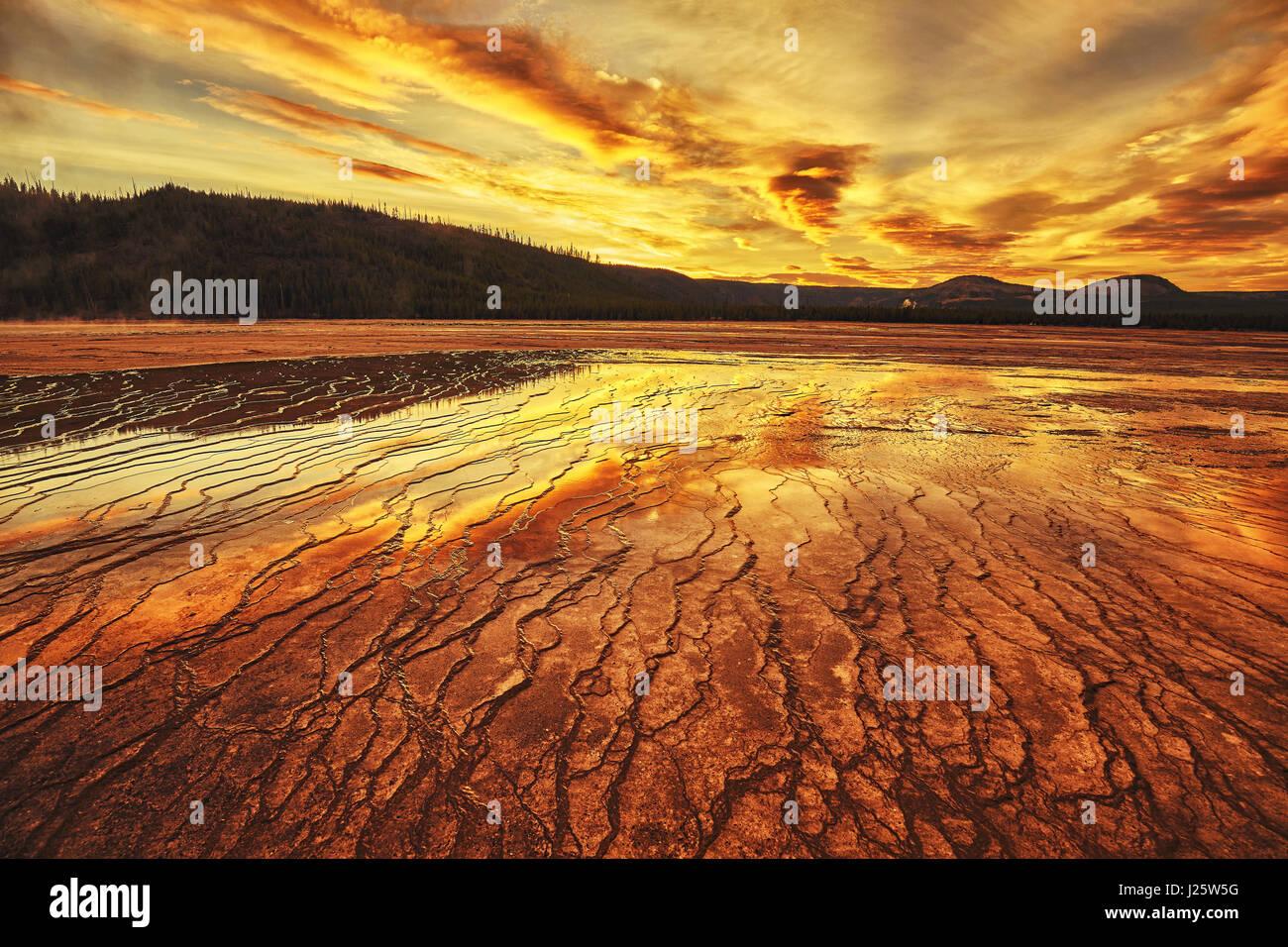 Dramatischen Sonnenuntergang am Grand Bildobjekte Spring im Yellowstone-Nationalpark, Wyoming, USA. Stockbild