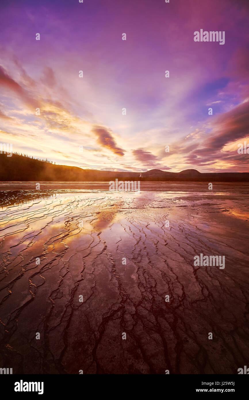 Malerische rosa Sonnenuntergang am Grand Bildobjekte Spring im Yellowstone-Nationalpark, Wyoming, USA. Stockbild