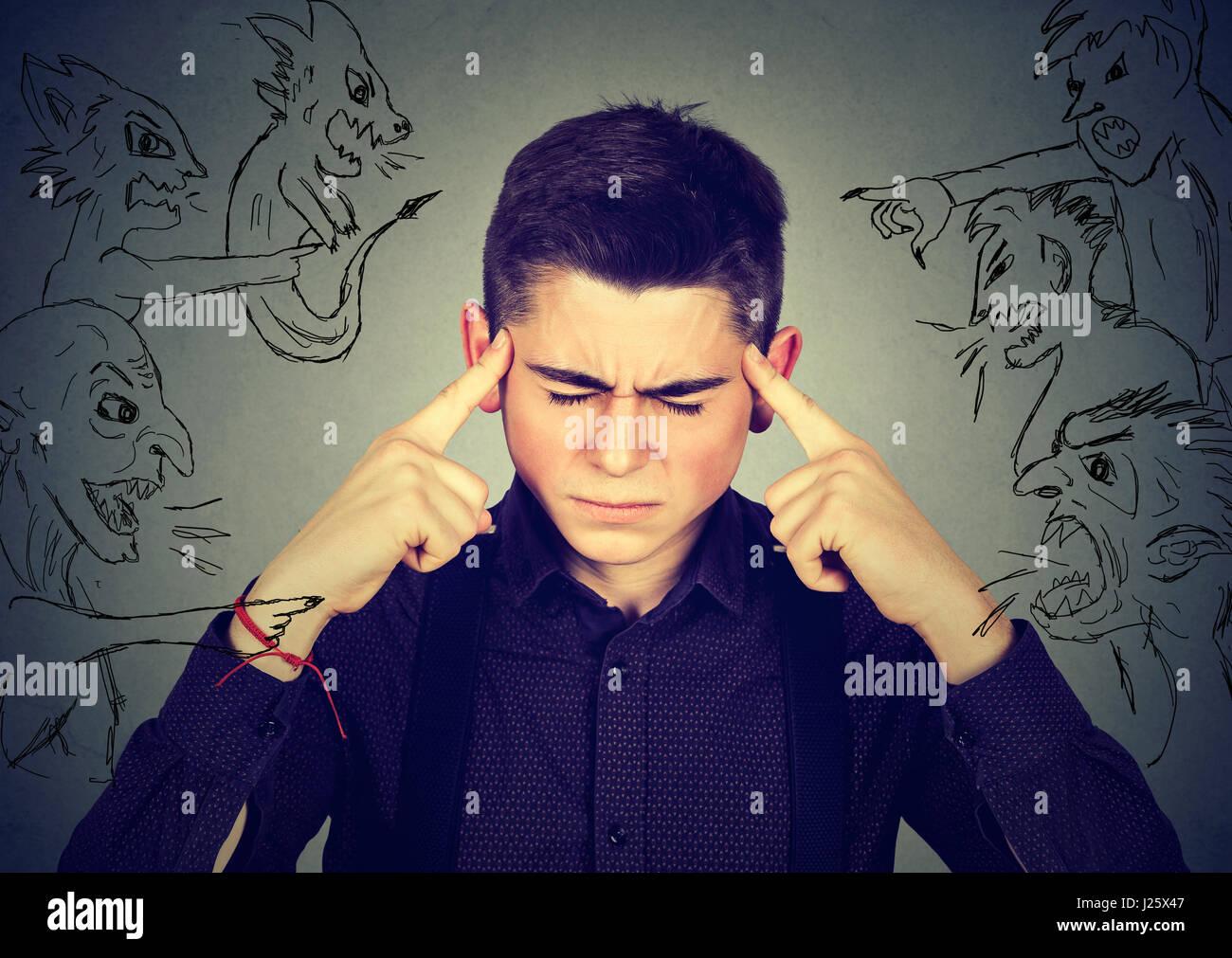 Schlechte böse Männer auf gestresste Menschen zeigen. Verzweifelter Mann mit Kopfschmerzen versuchen, Stockbild