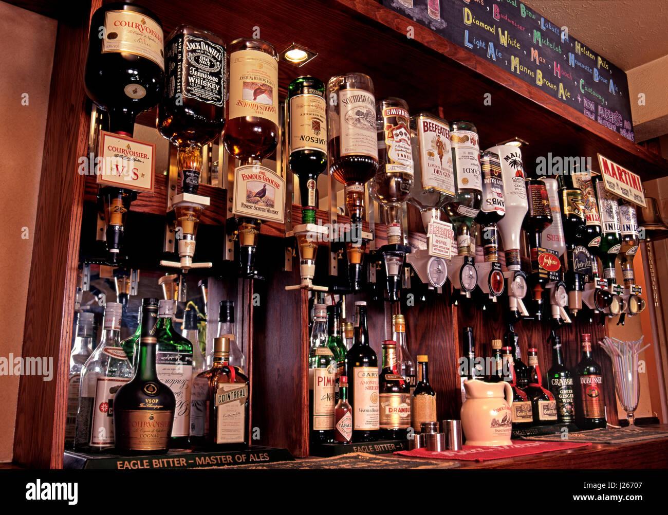PUB GEISTER OPTIK BAR Blick auf Auswahl an Spirituosen, alkoholische ...