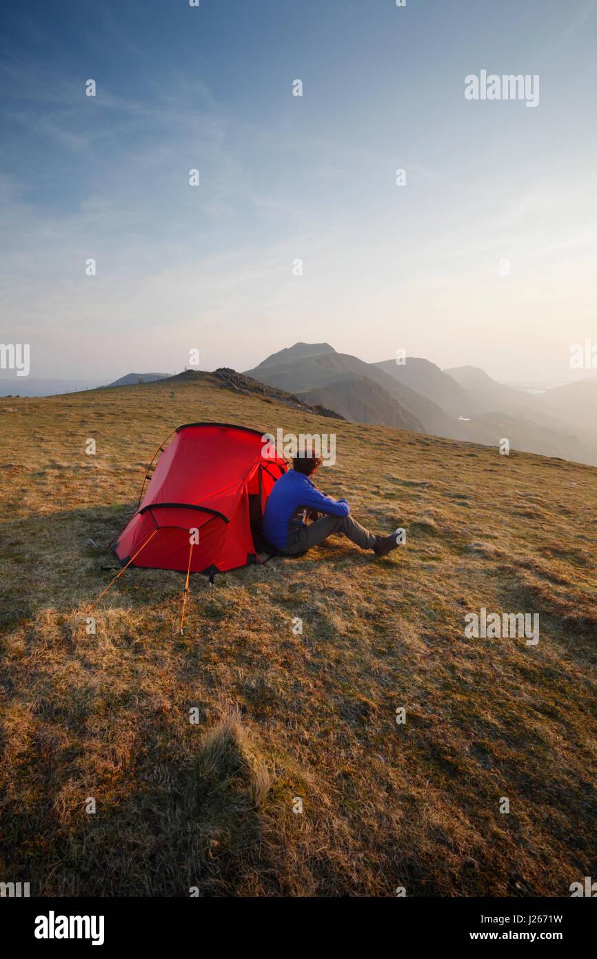 Wild campen auf Mynydd Moel, Teil des Massivs Cadair Idris. Snowdonia-Nationalpark. Wales. VEREINIGTES KÖNIGREICH. Stockbild
