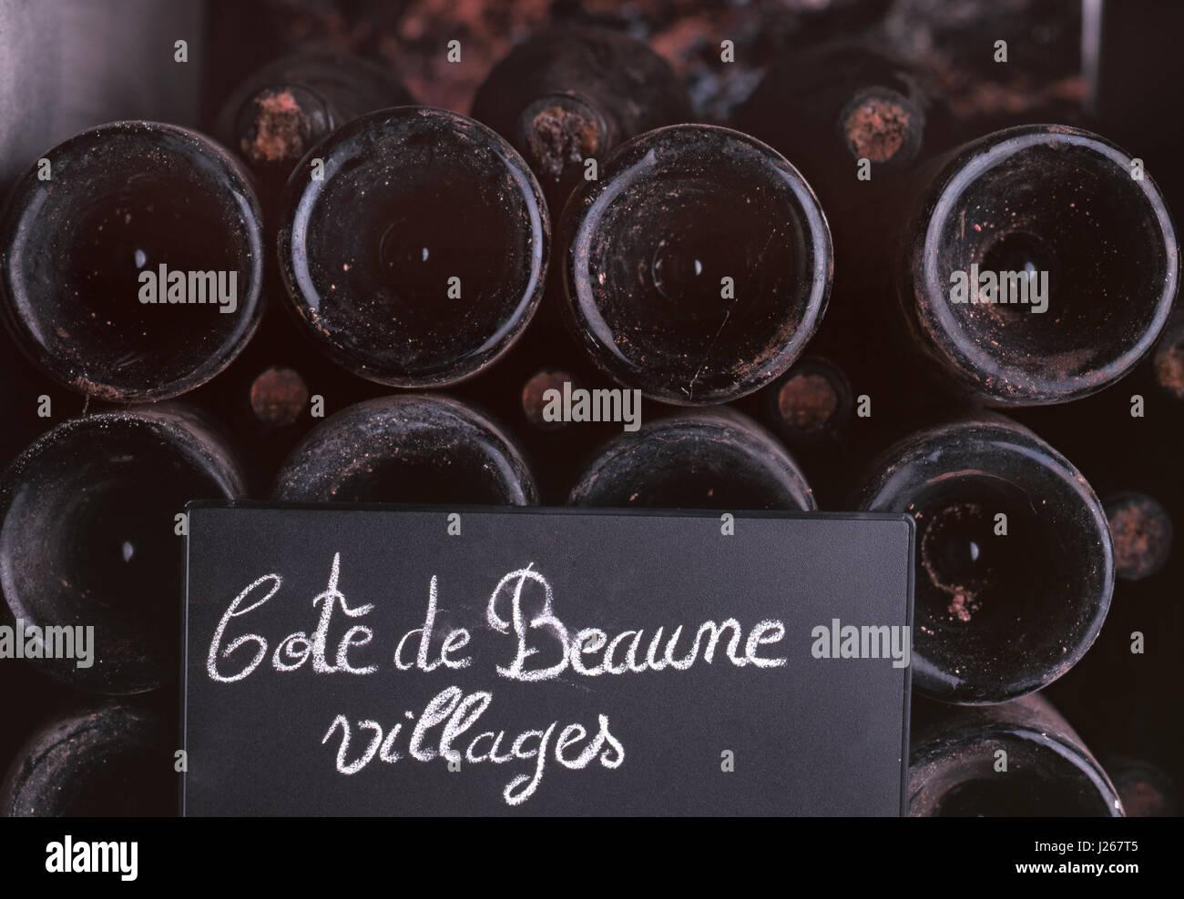 Tafel und Kreide Tafel für Flaschen der Côte de Beaune Dörfer Altern in den Kellern der Louis Jadot, Stockbild