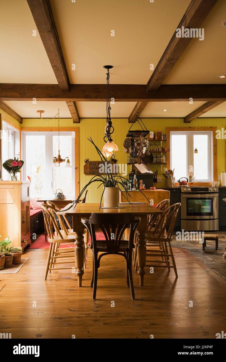 Hölzernen Esstisch Und Stühle Im Esszimmer In Richtung Küche Im Landhausstil  Wohnhaus Suchen