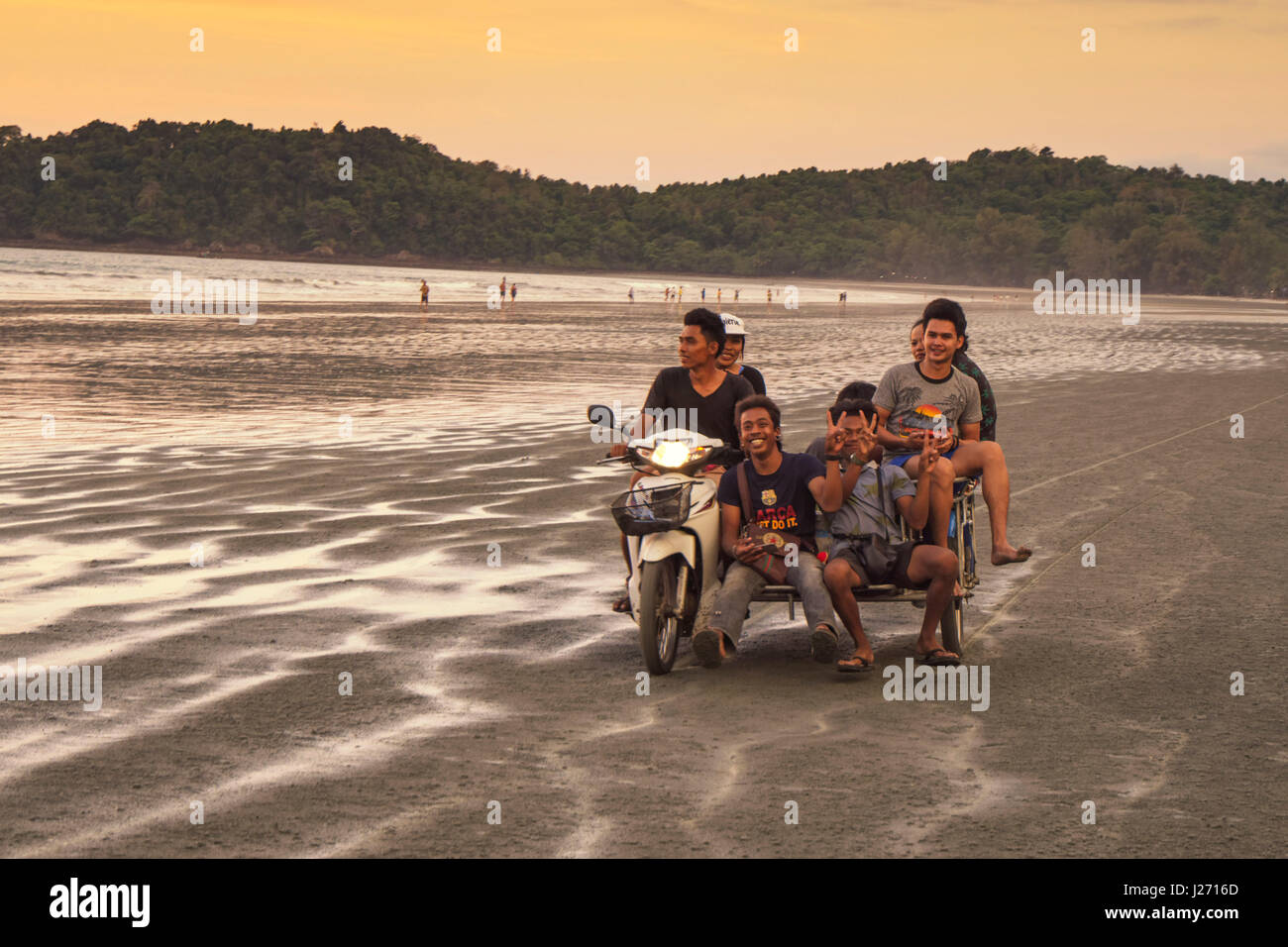 Young Thai auf Motobyce in Long Beach, Ao Yai, Koh Phayam, Thailand Stockbild