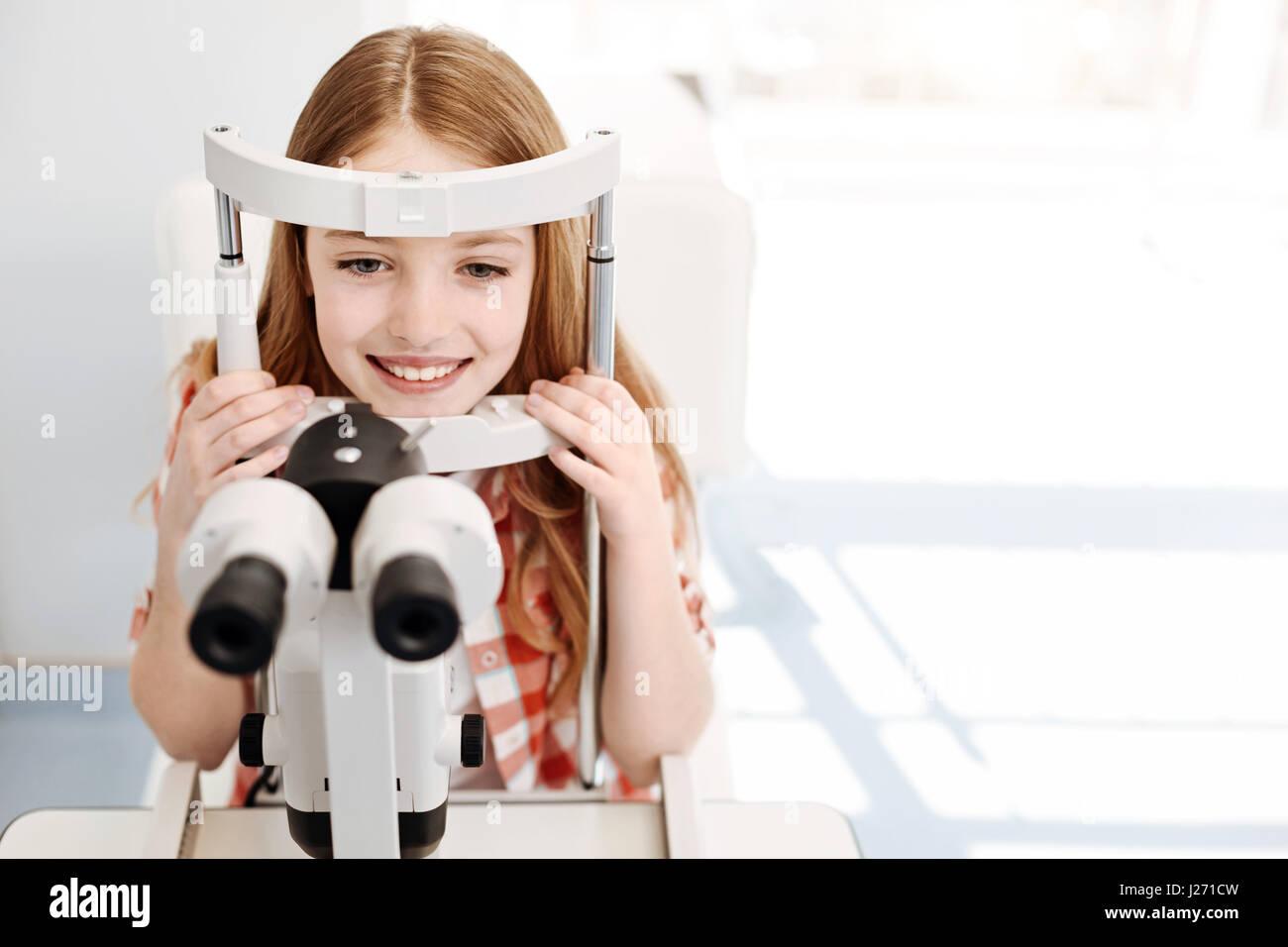 Bewundernswerte hübsches Kind eine allgemeine Sehkraft checkup Stockbild