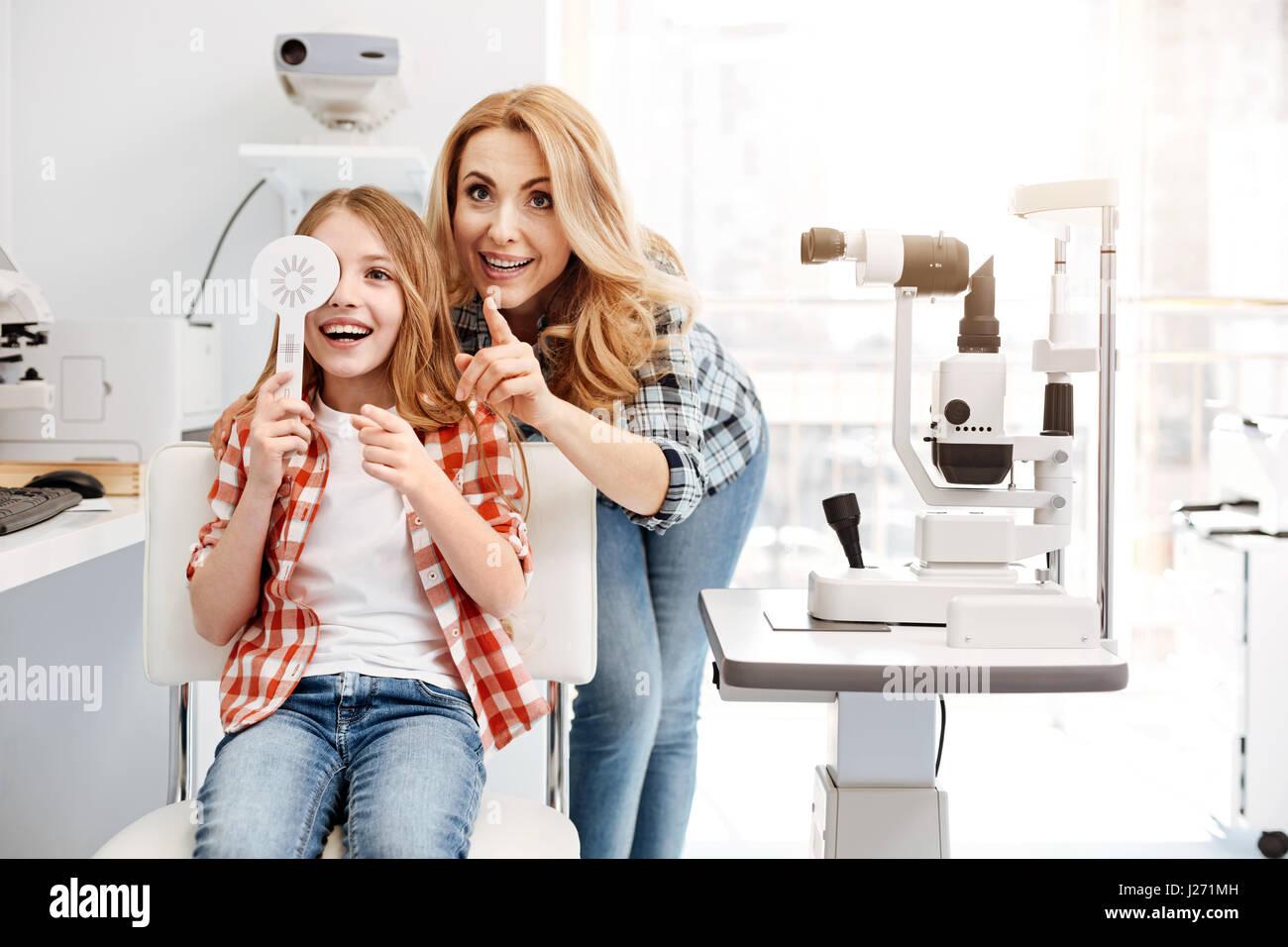 Emotionale Eltern froh sehen ihre Tochter gesund Stockbild