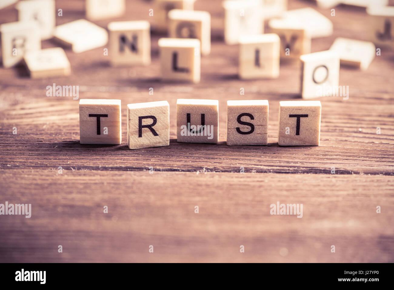 Wort der Holzelemente Vertrauen Stockfoto