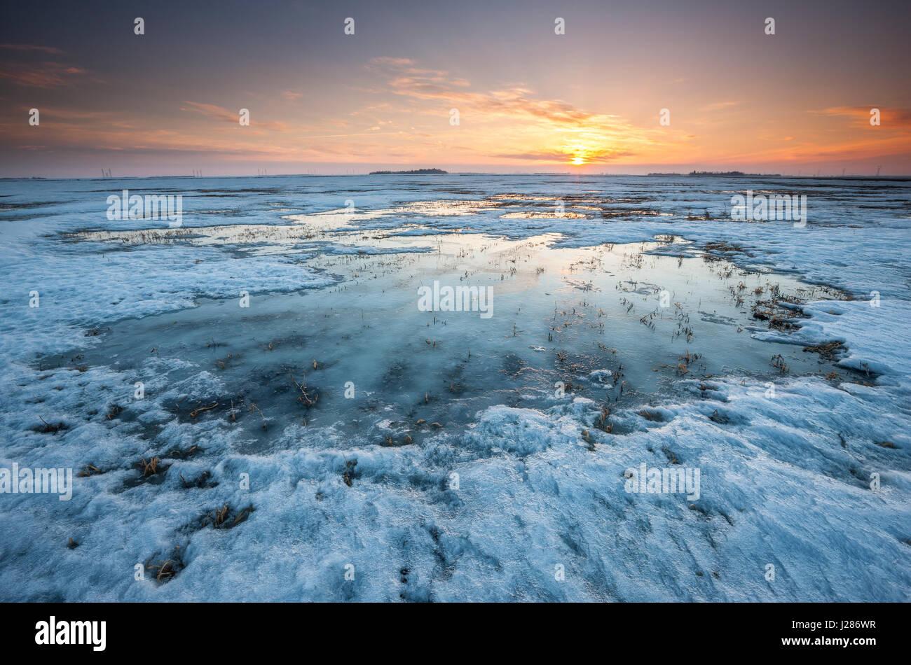 Sonnenuntergang auf eingefroren und Schnee bedeckte Felder in Manitoba, Kanada Stockbild