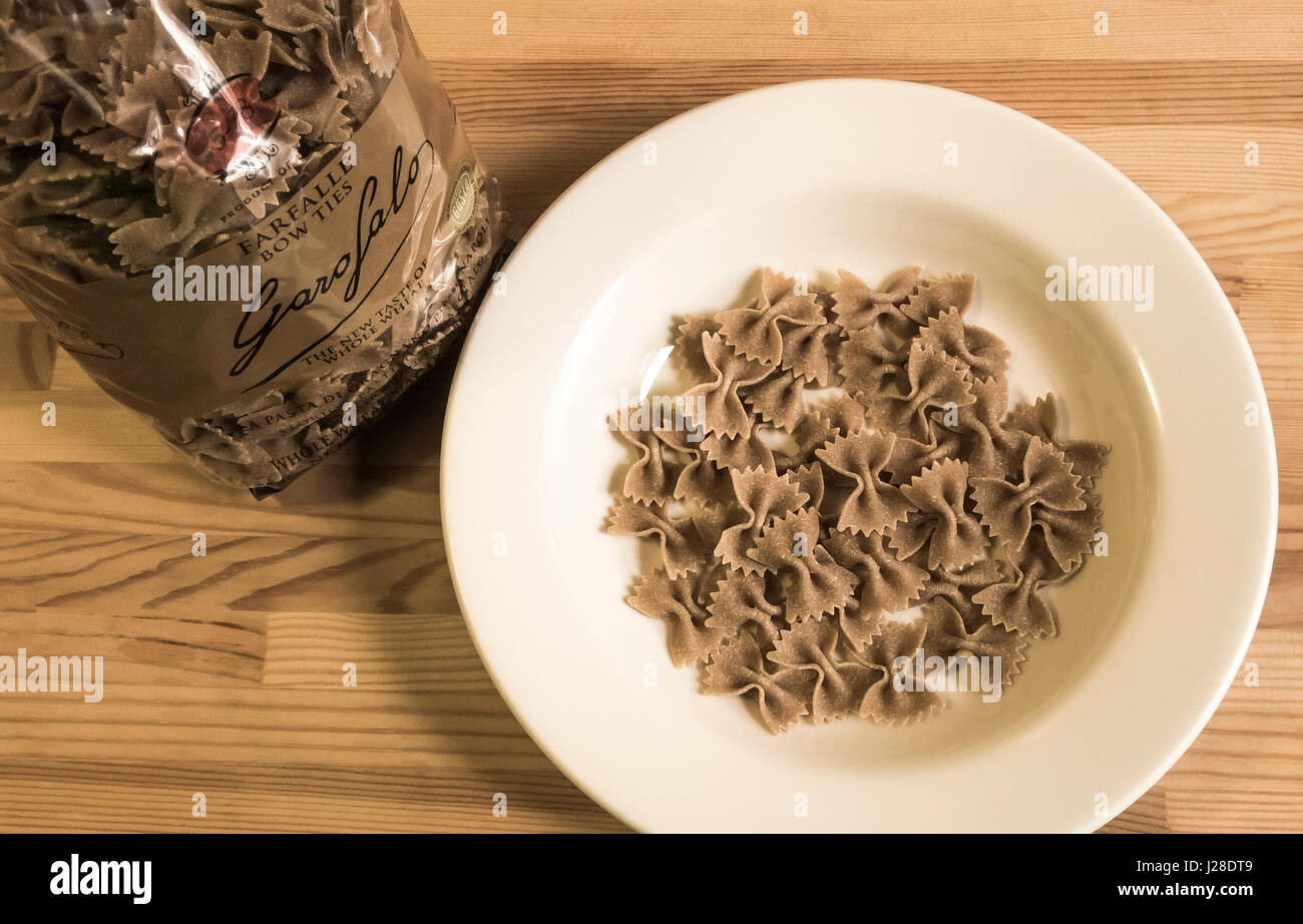 Ein Beutel mit getrockneten Garofalo Farfalle Vollkorn-pasta Stockbild