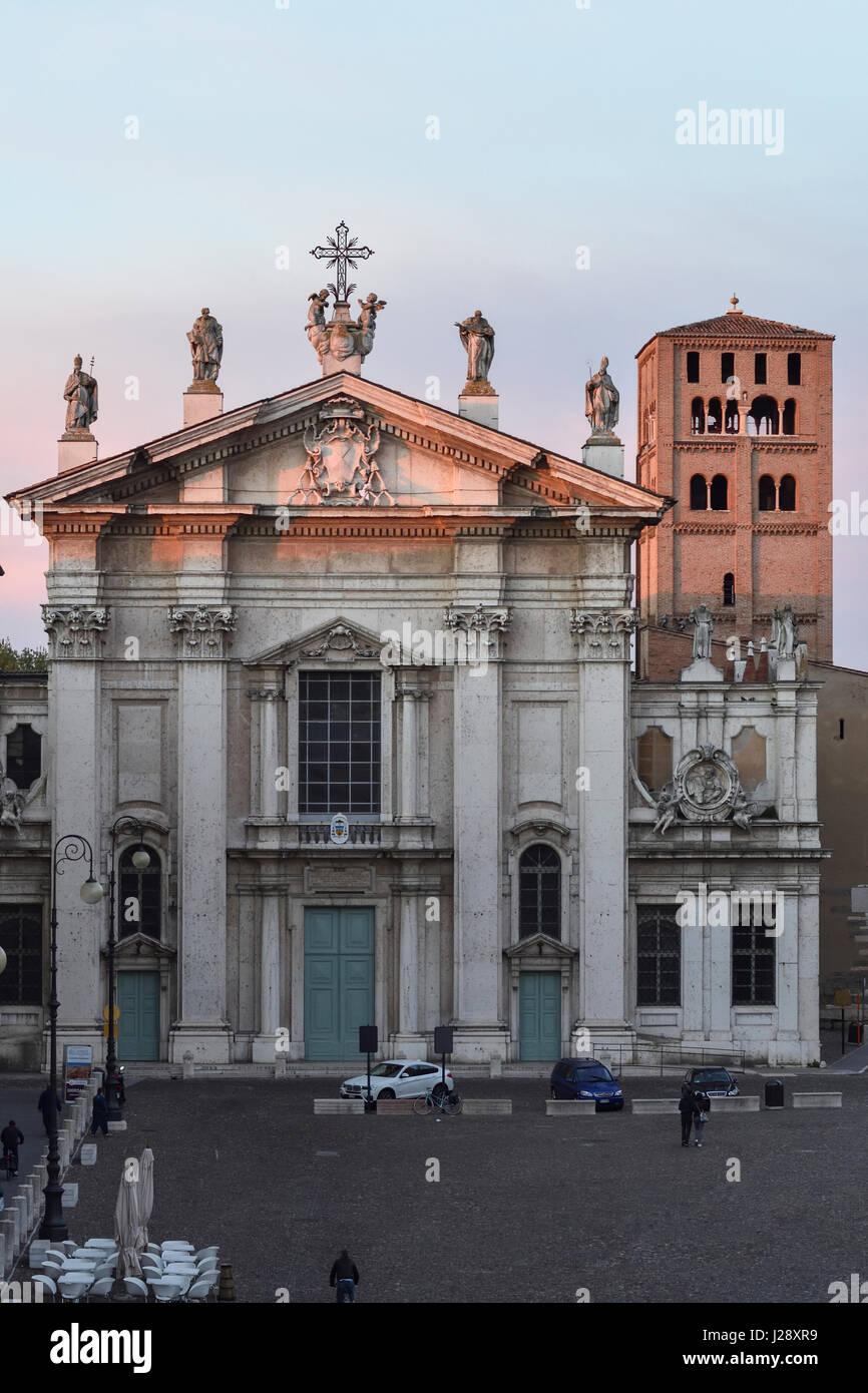 Mantua-Kathedrale Duomo di Mantova und Piazza Sordello im Abendlicht von Hotel dei Gonzaga gesehen Stockbild