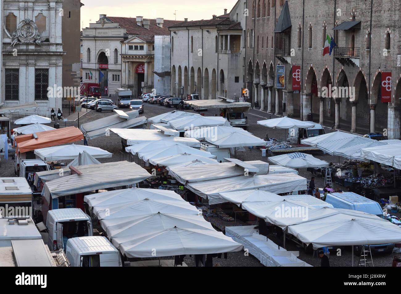 Mantua, Piazza Sordello am Markttag im frühen Morgenlicht Stockbild