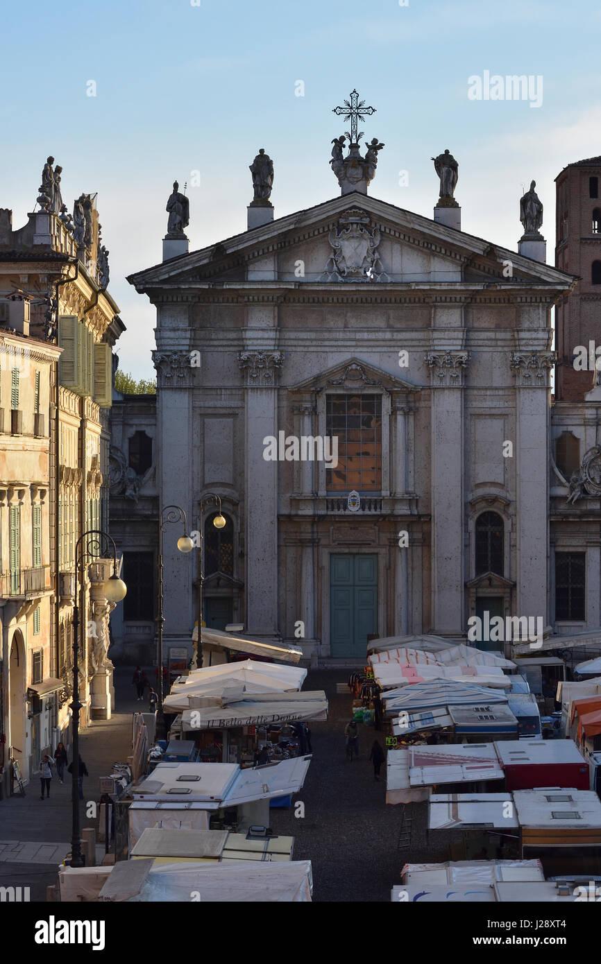Mantua-Dom und Piazza Sordello am Markttag im Licht frühen Morgens vom Hotel dei Gonzaga aus gesehen Stockbild
