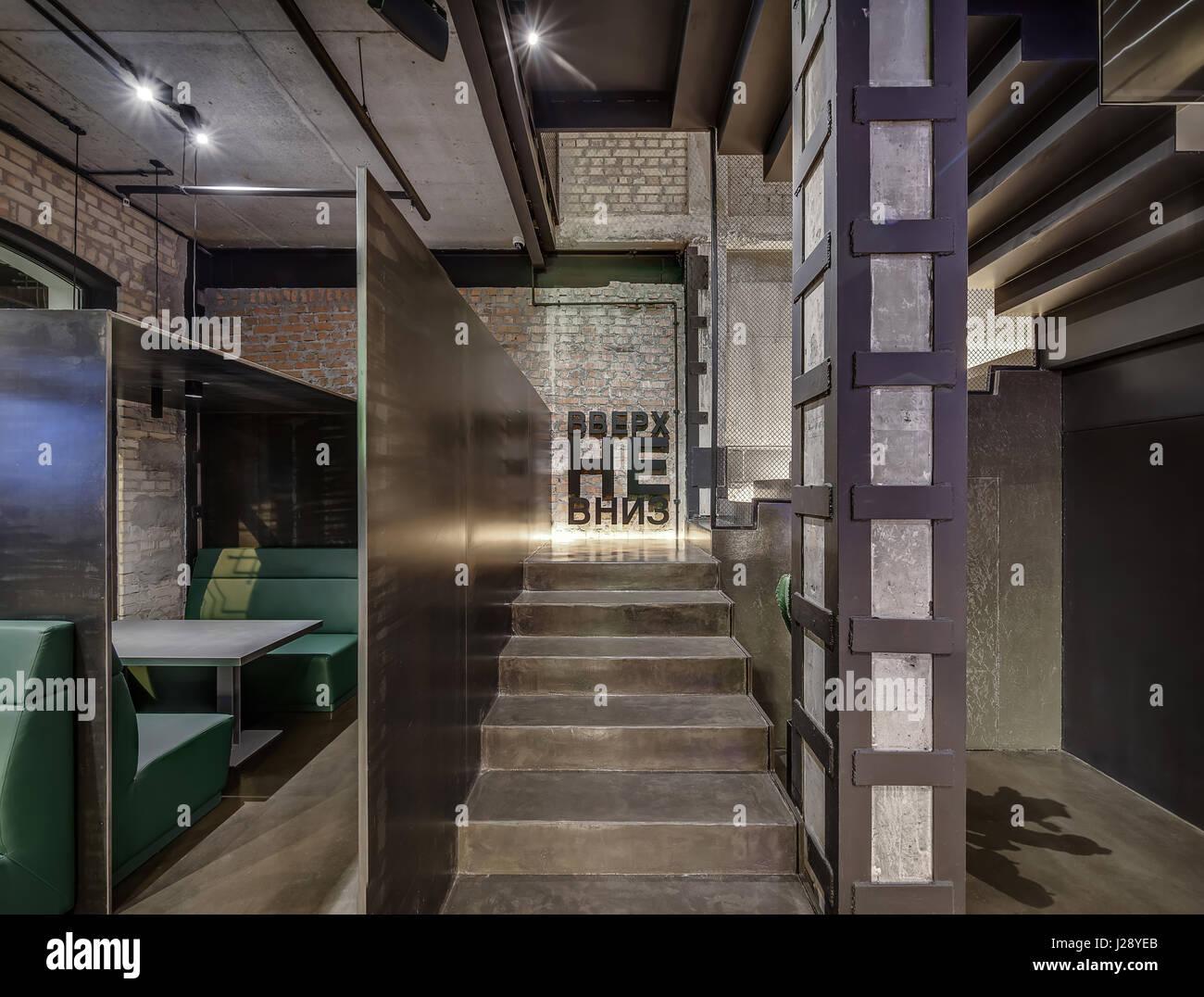 Halle in einem Café in einem Loft-Stil mit Backstein und Betonwände ...