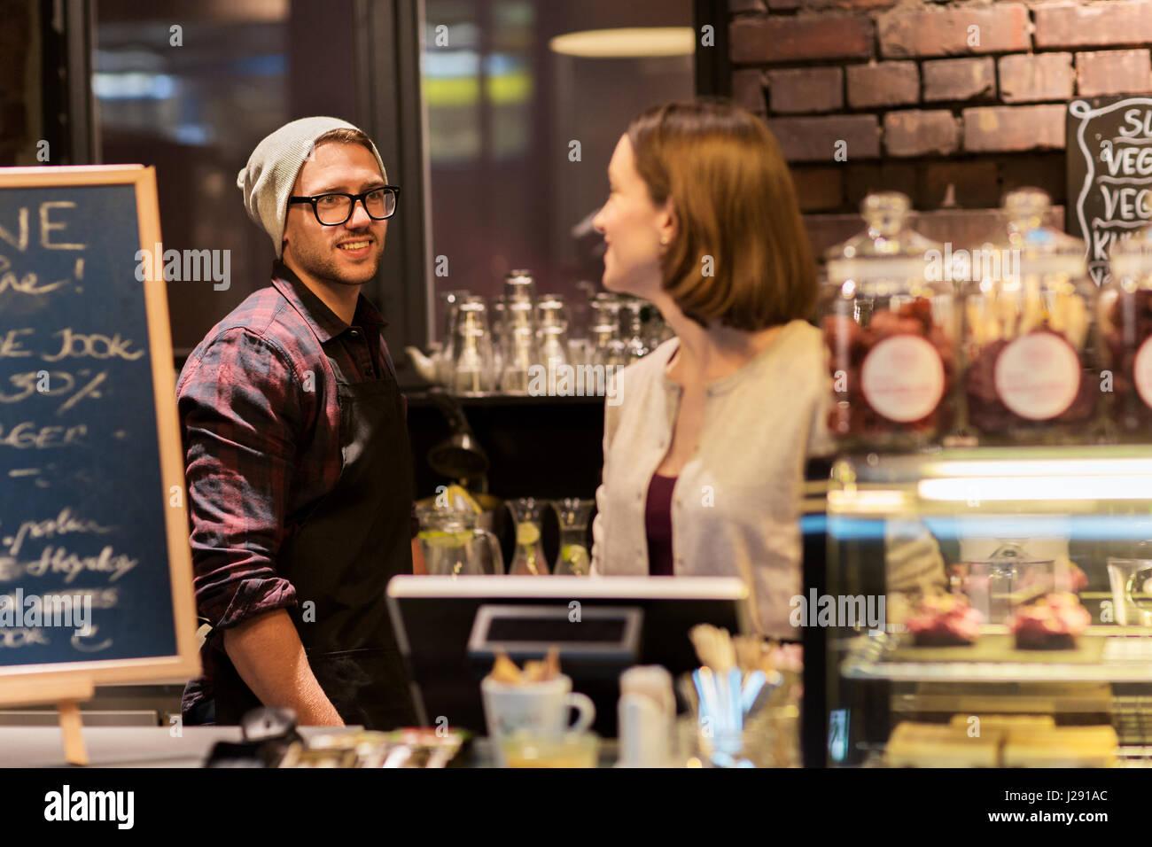 glücklich Barkeeper im Café oder im Café Zähler Stockbild