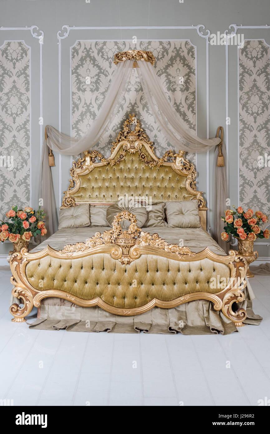 Luxus Schlafzimmer In Hellen Farben Mit Goldenen Möbel Details. Große  Komfortable Doppelzimmer Königsbett In Eleganten Klassischen Interieur