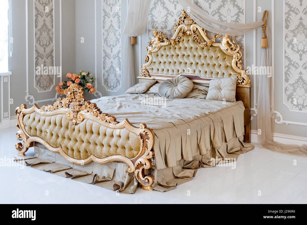 Schon Luxus Schlafzimmer In Hellen Farben Mit Goldenen Möbel Details. Große  Komfortable Doppelzimmer Königsbett In Eleganten Klassischen Interieur