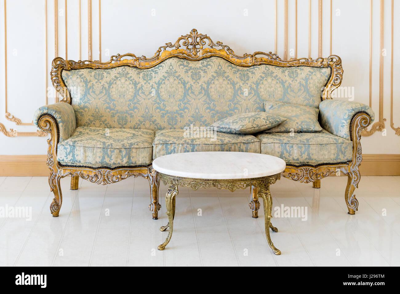Luxus Wohnzimmer In Hellen Farben Mit Goldenen Möbel Details. Elegantes  Klassisches Interieur