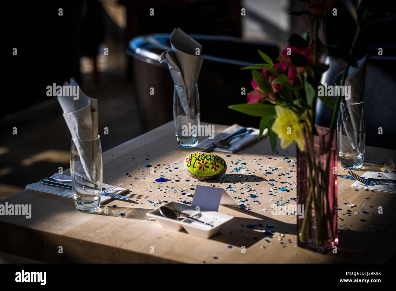 Restaurant Interior reservierten Zeichen Tabelle tabelle Anordnung Dining Erlebnis Bistro atmosphärischen Stockbild