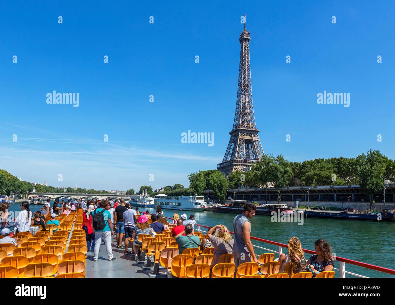 Blick auf den Eiffelturm aus einem Bateau-Mouche auf der Seine, Paris, Frankreich Stockbild