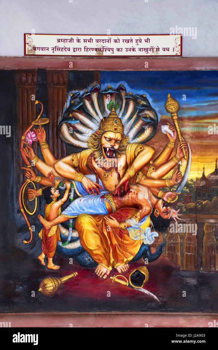 Narasimha Vishnus Avatar als halb Mann, halb Löwe tötet Dämonen Hiranyakashipu mit seinen scharfen Fingernägeln. ISKCON Tempel, Pune, Maharashtra Stockfoto