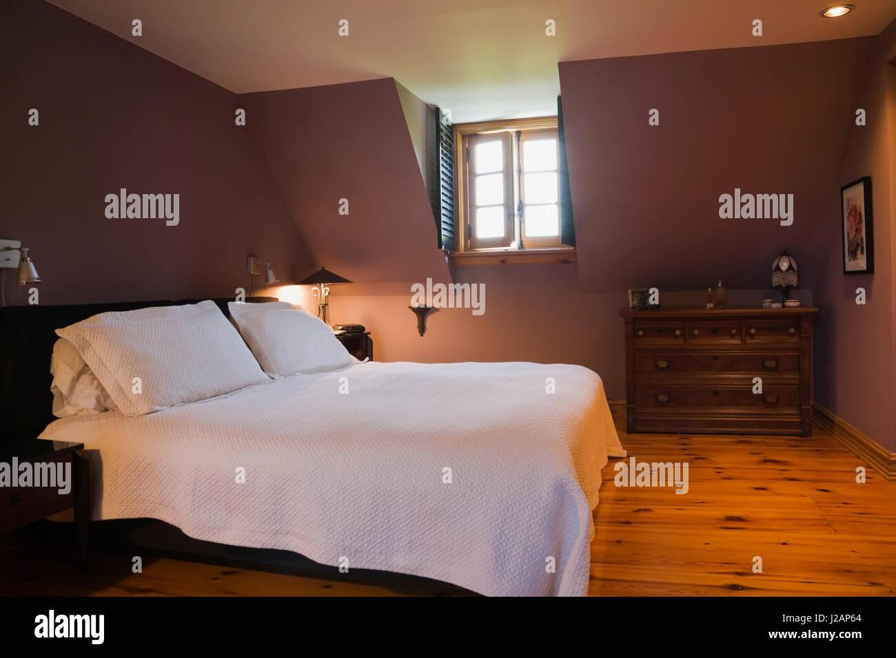 Bett und antike hölzerne Kommode im Schlafzimmer auf der upsatirs ...