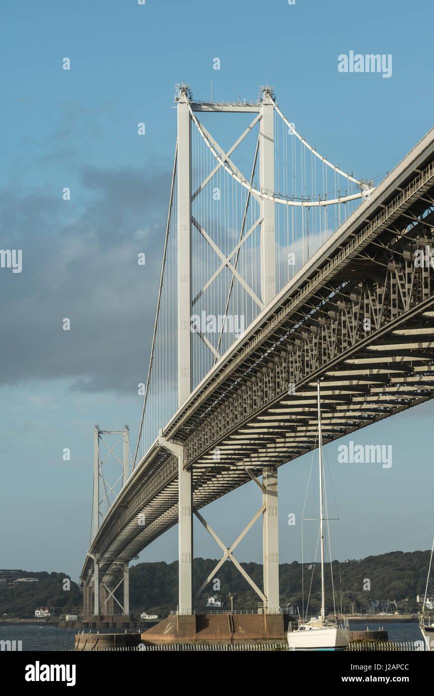 Forth Road Bridge aus unter Port Edgar, Queensferry, West Lothian, Schottland, Vereinigtes Königreich Stockbild