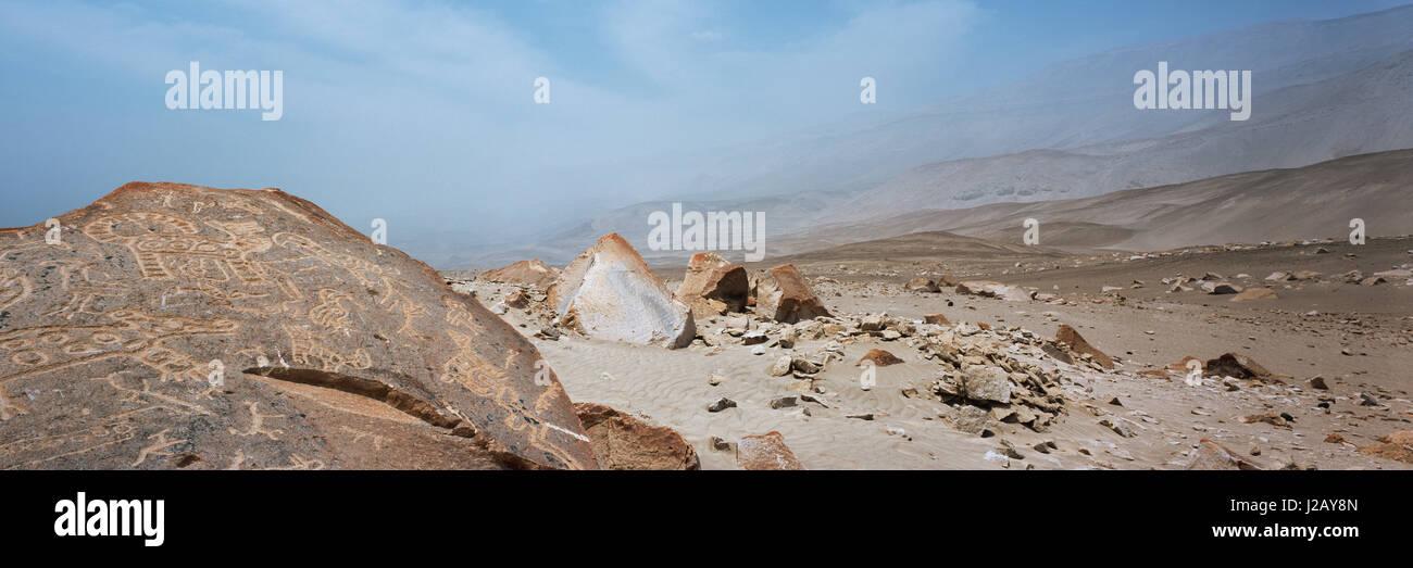 Panoramablick über Höhlenmalerei auf Felsen in der Wüste, Toro Muerto Petroglyphen, Peru Stockbild