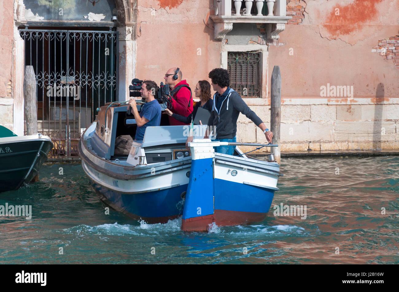 Filmcrew Kameramann Tontechniker Produzent arbeitet in Venedig, Italien Stockbild
