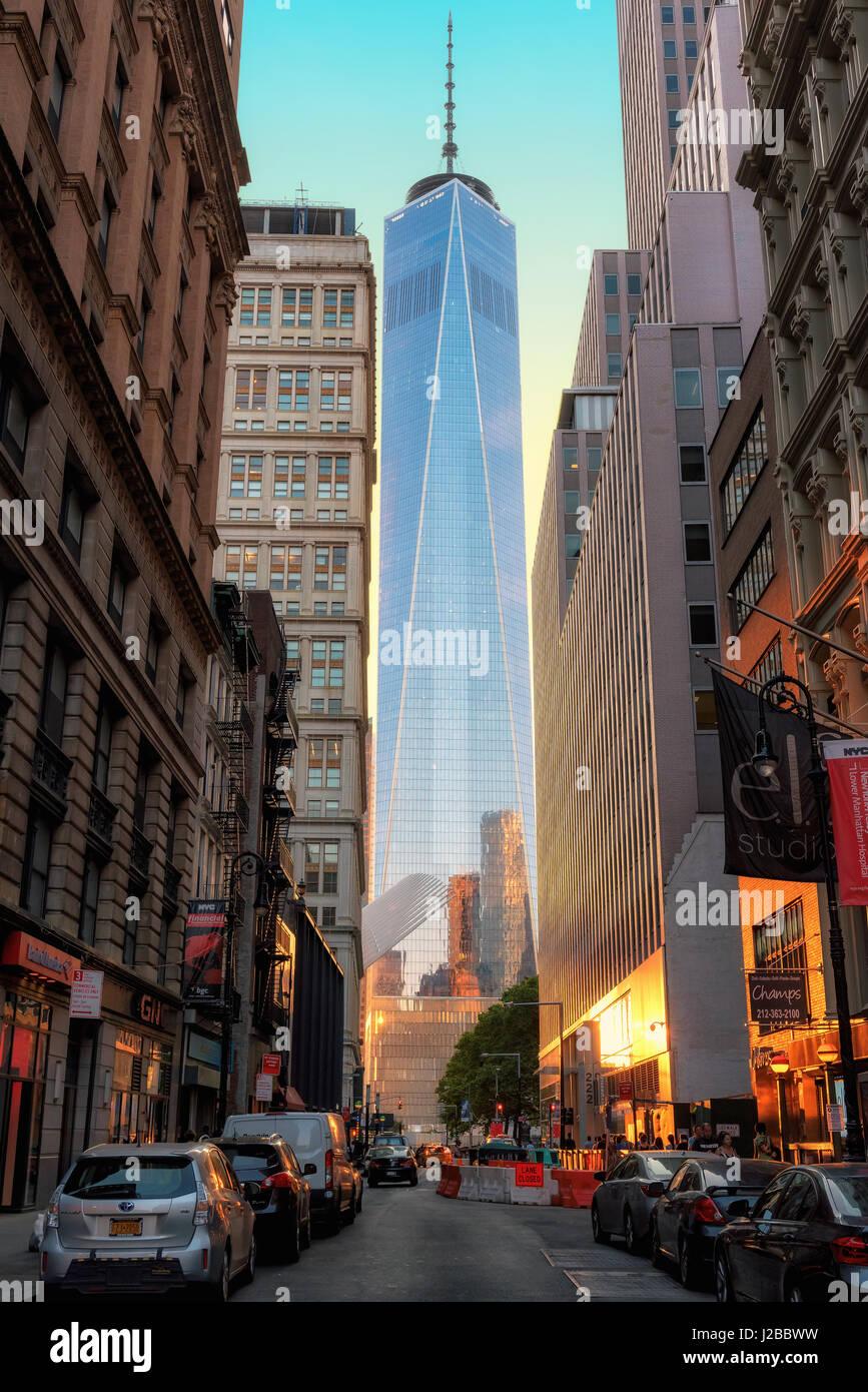 Sonnenuntergang in Manhattan und One World Trade Center von der Straße in New York City. Stockfoto