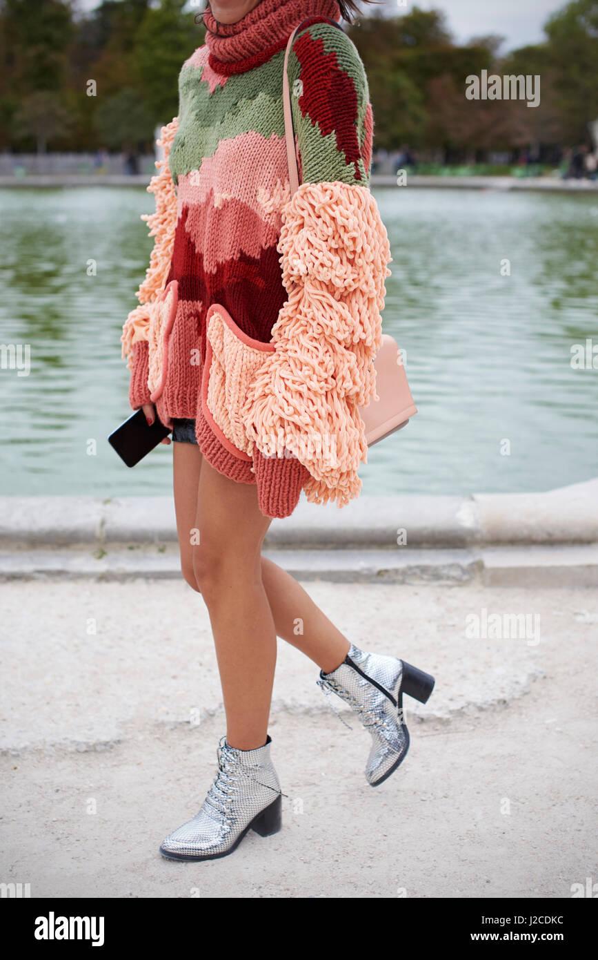 a5a39876169d23 Frau trägt Zuschneiden gestrickt Top und Silber Stiefel in einem park  Stockbild