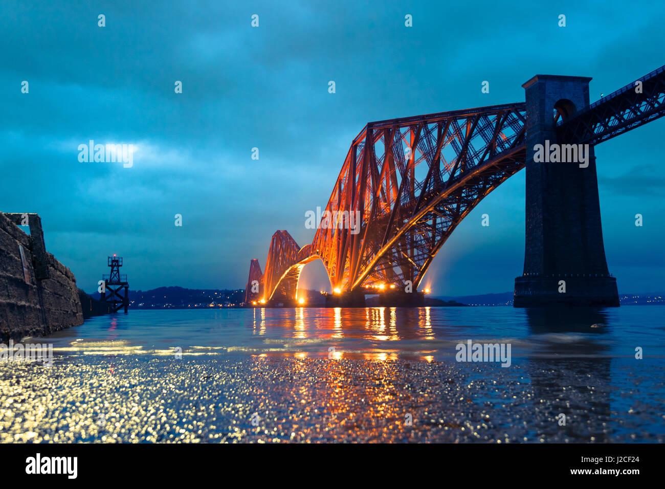 Reflexionen von der ikonischen Forth Rail Bridge im Fluss Firth in der Abenddämmerung. South Queensferry, Edinburgh, Stockbild