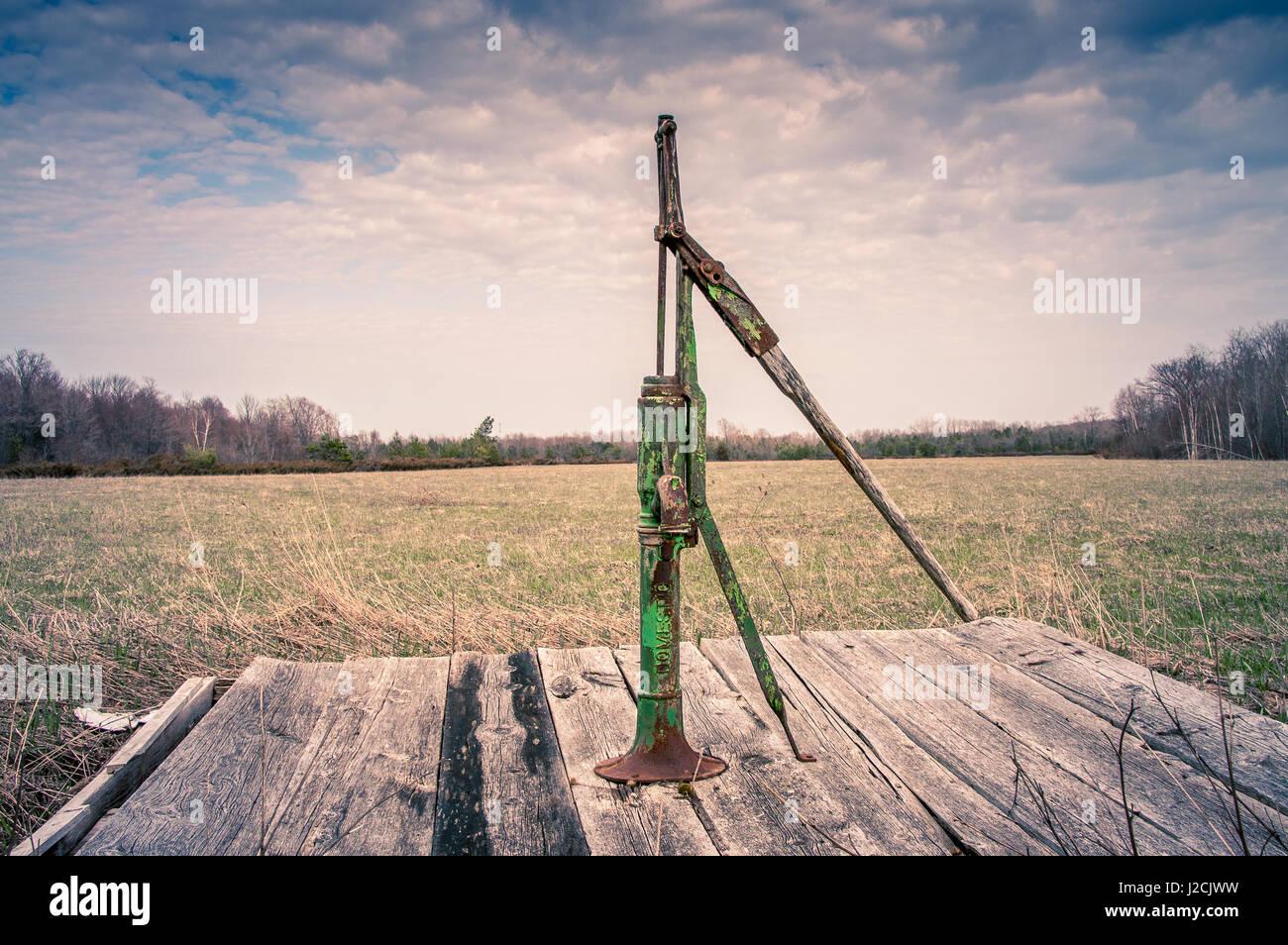 Brunnenwasser Handpumpe in Hof in ländlichen Ontario, Kanada Stockbild