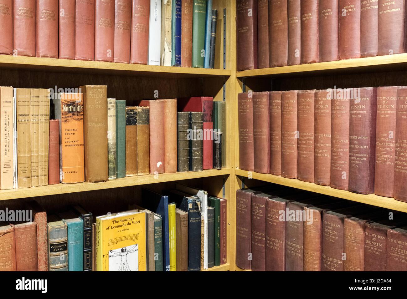 Alt und Erstausgabe Bücher in Regalen, London, England Stockfoto