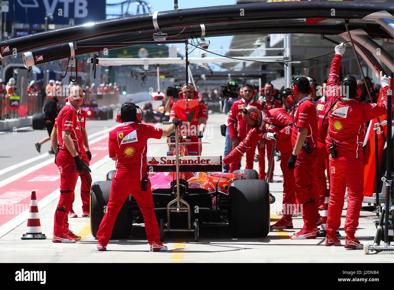 Sotschi, Russland. 28. April 2017. Scuderia Ferrari F1 Team-Mechanikern während einer Übung vor der 2017 Formula Stockfoto