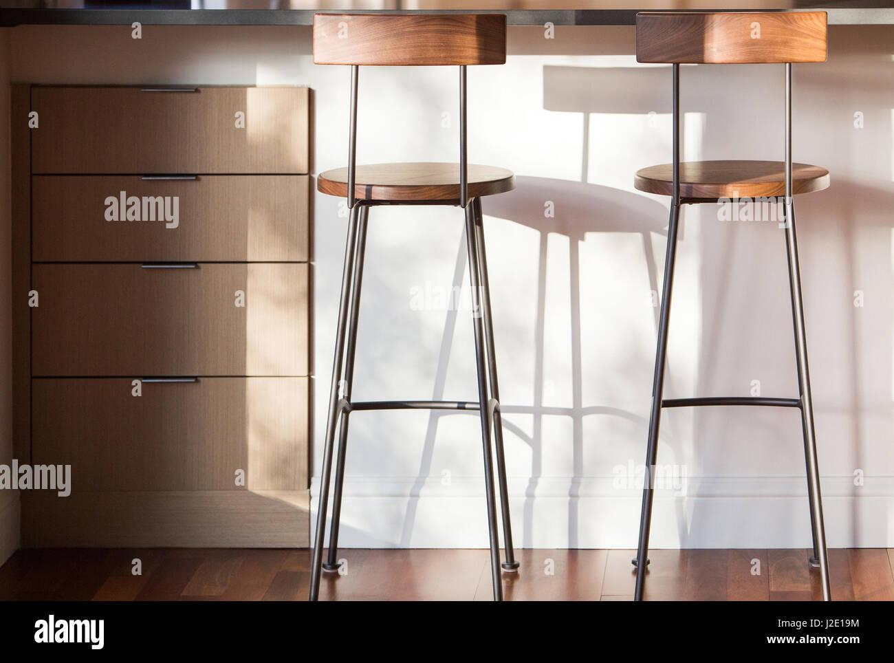 Küche Hocker und Schubladen unter Theke, Küche renovieren Stockfoto ...
