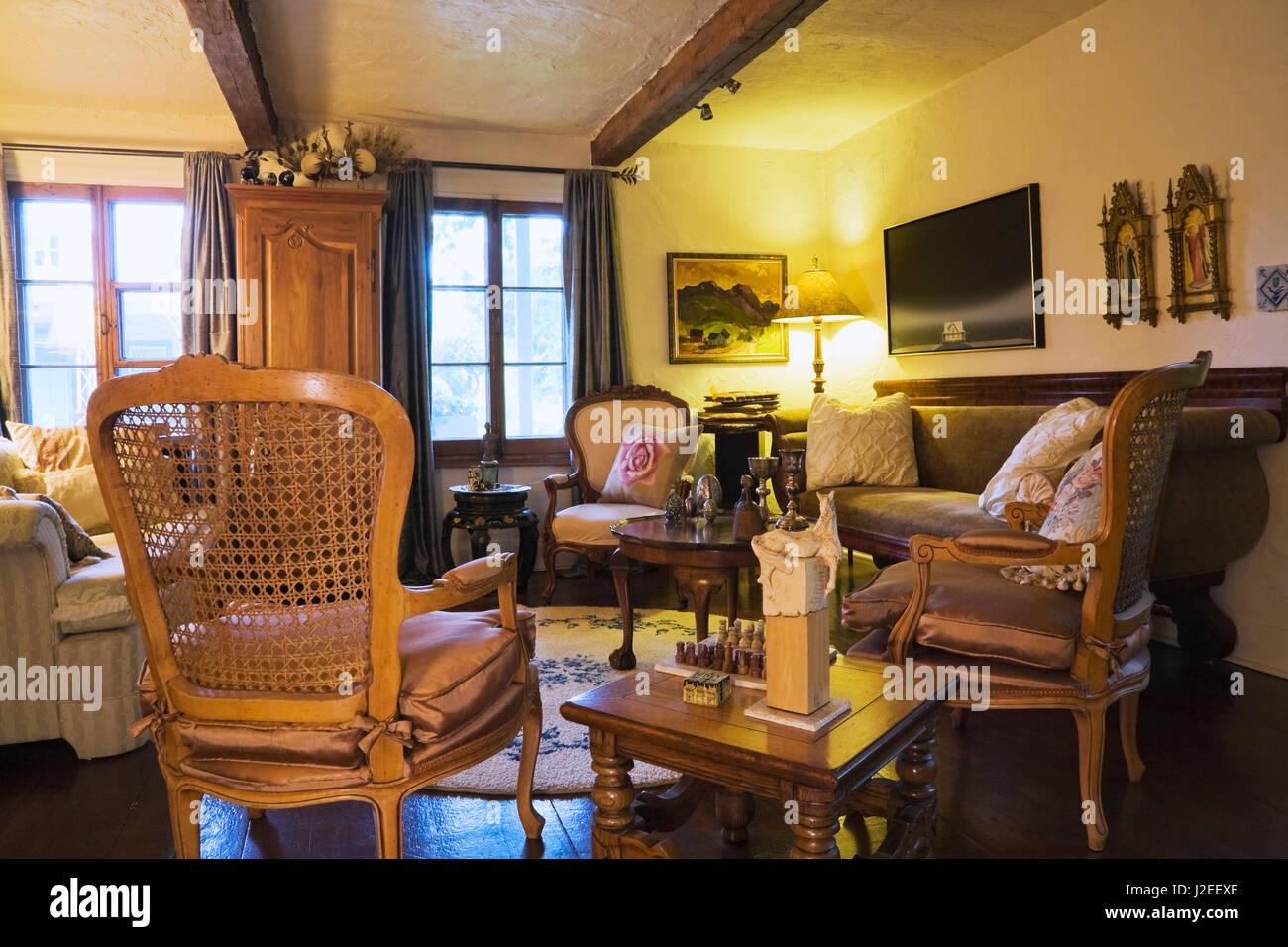 Antike Holzerne Raster Hohen Stuhlen Und Beige Und Braune Sofas Im Wohnzimmer In Einem Alten Landhaus Wohnhaus 1809 Stockfotografie Alamy
