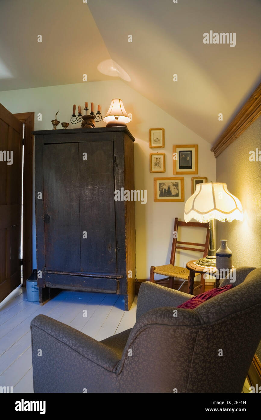 Grau und Blau lackiert gepolsterter Stuhl antike hölzerne Schrank im ...