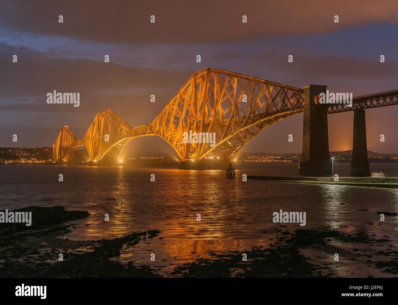 Forth Bridge in der Dämmerung, Blick nach Norden, South Queensferry, Lothian, Schottland, Vereinigtes Königreich Stockbild