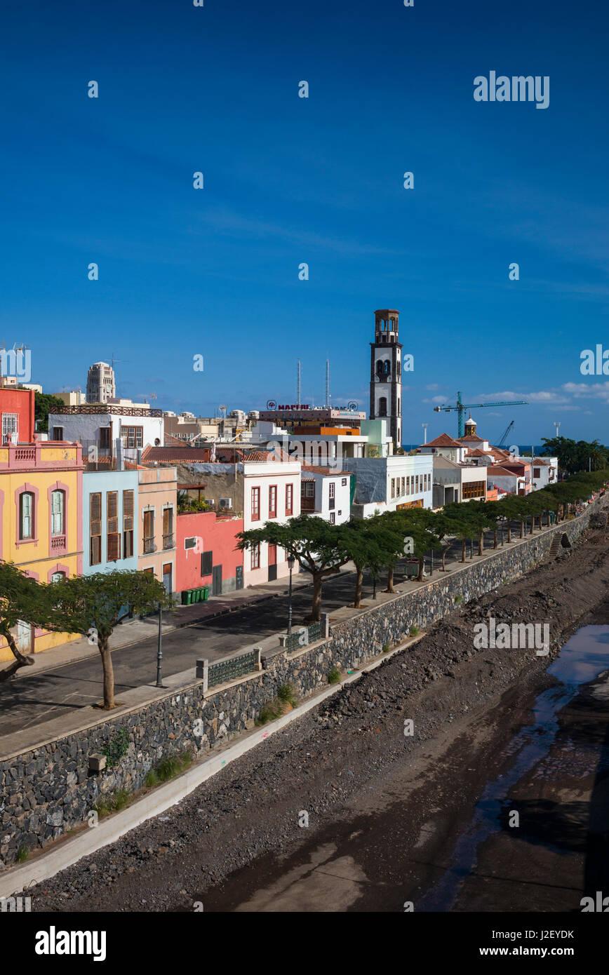 Spanien, Kanarische Inseln, Teneriffa, Santa Cruz De Tenerife, Gebäude entlang des Barranco de Los Santos Flusses Stockfoto