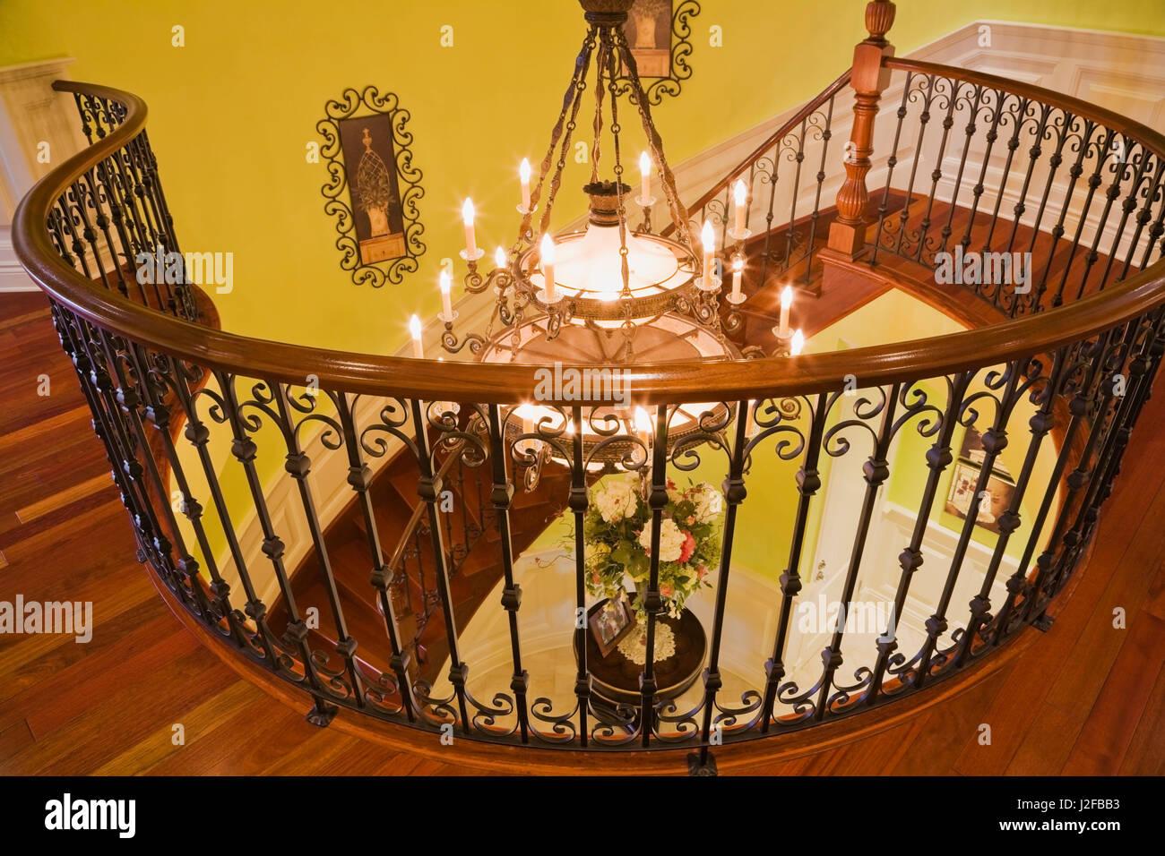 beleuchtete kronleuchter durch schwarzen schmiedeeisernen. Black Bedroom Furniture Sets. Home Design Ideas