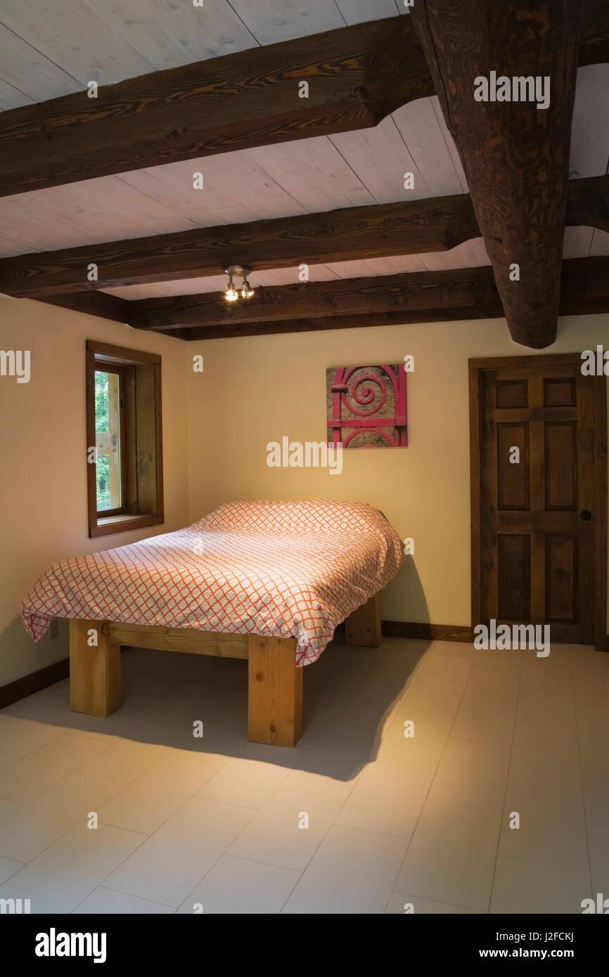 Queensize-bett auf Holzrahmen in der Gäste Schlafzimmer im ...