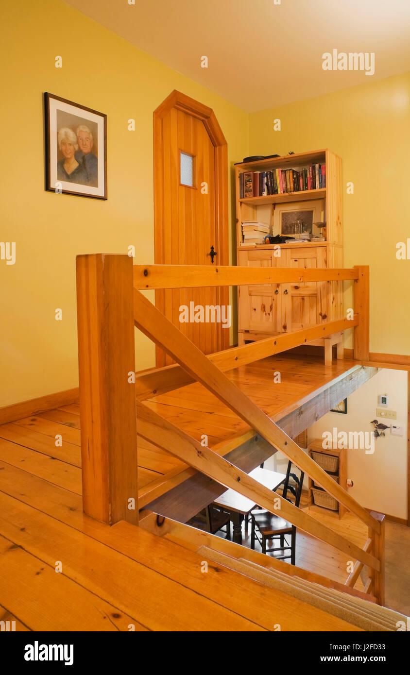 Holzgeländer und Buffet Schrank im Flur, Gäste-Schlafzimmer mit ...