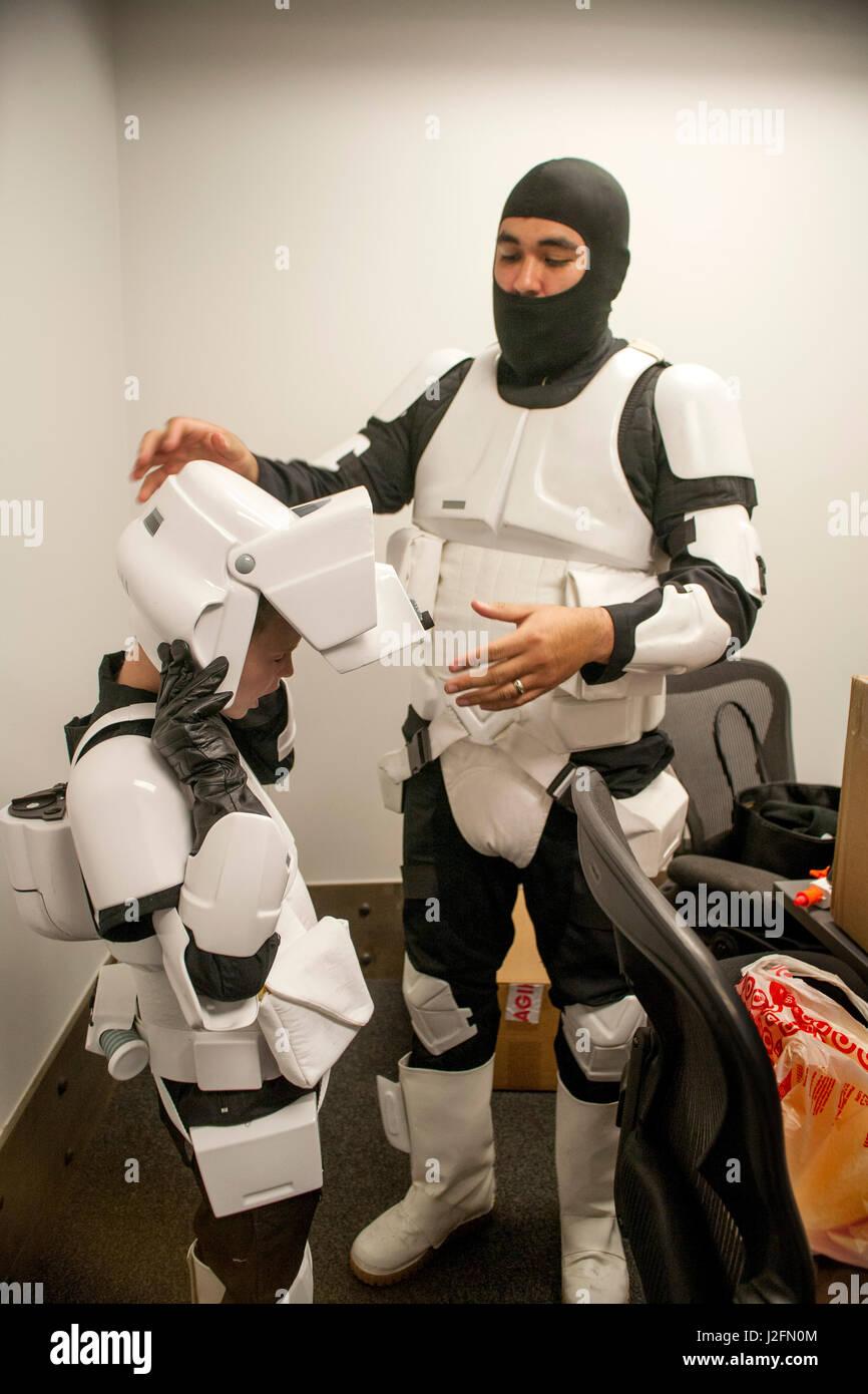 Ein Junge ist wie ein Stormtrooper aus dem futuristischen Science-Fiction-Film Star Wars in einer Unterhaltung in Stockbild