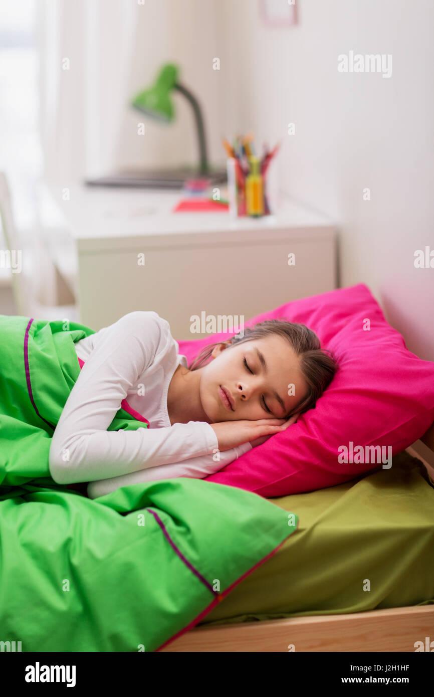 Mädchen schläft in ihrem Bett zu Hause Stockbild