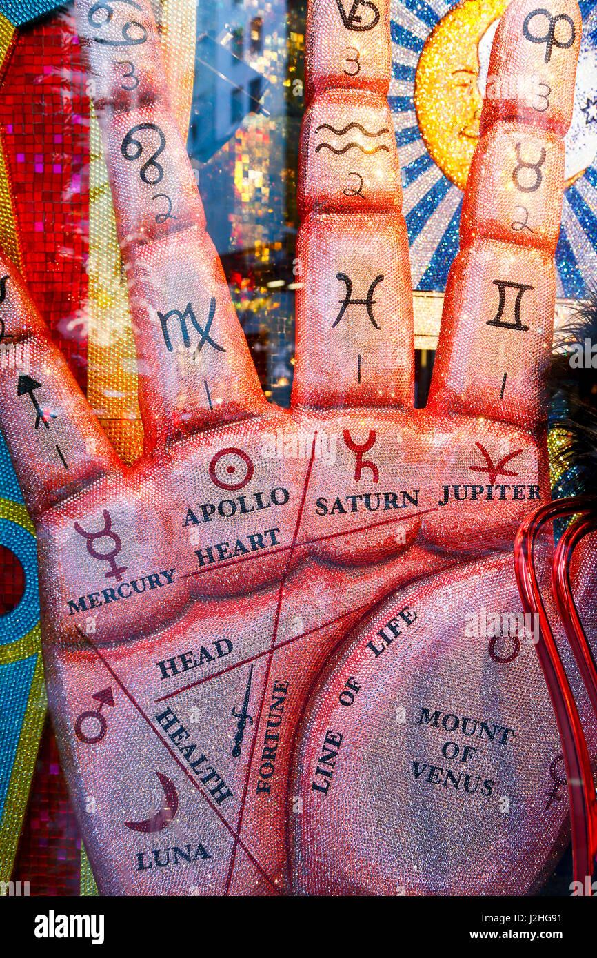 New York City, NY, USA. Bejeweled okkulten Hand Schaufenster für den Urlaub auf der 5th Avenue. (Nur zur redaktionellen Stockbild